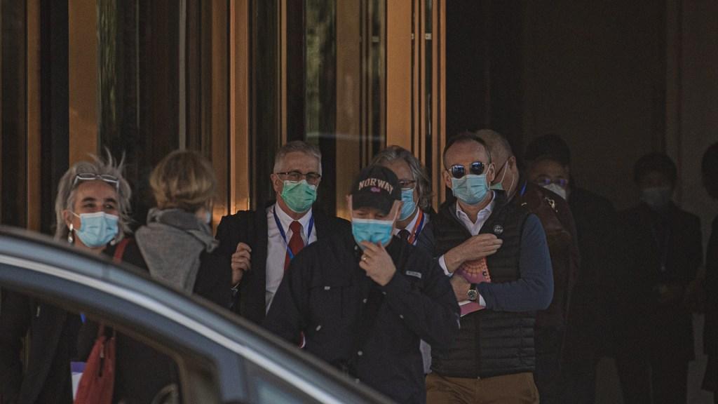 Expertos de la OMS visitan mercado de Wuhan, donde se pudo originar brote de COVID-19 - Científicos expertos de misión de la OMS para investigar el origen del COVID-19. Foto de EFE