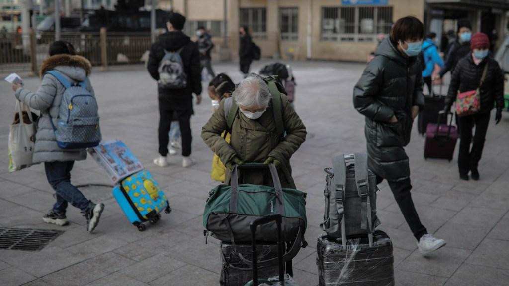 Dos ciudades chinas exigen prueba anal de COVID-19 a los llegados del extranjero - Viajeros en China durante pandemia de COVID-19. Foto de EFE