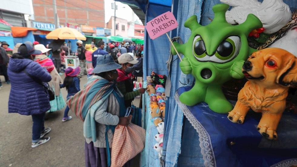 Bolivianos celebran tradicional feria de la abundancia pese a pandemia - Decenas de personas compran en la tradicional feria de la Alasita o fiesta de la miniatura hoy, en El Alto (Bolivia). EFE/Martín AlipazDecenas de personas compran en la tradicional feria de la Alasita o fiesta de la miniatura hoy, en El Alto (Bolivia). Foto de EFE/Martín Alipaz