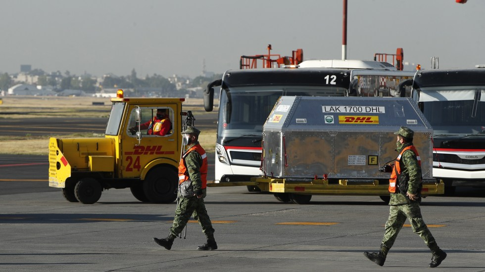 Llega a México lote de 53 mil vacunas contra COVID-19 - Cuarto lote de vacunas contra COVID-19 llegado a México. Foto de EFE