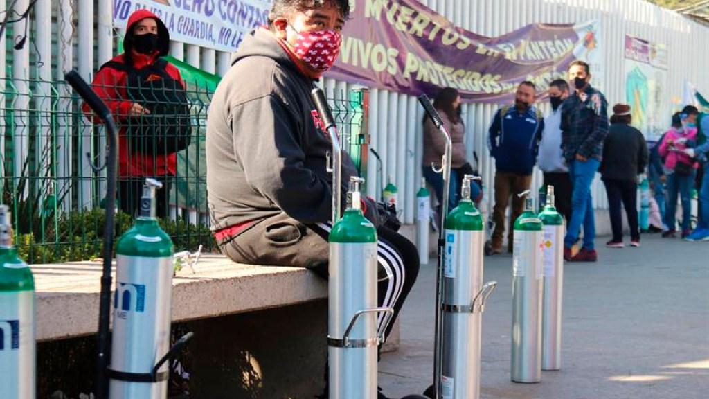 Llama Consejo Ciudadano CDMX a denunciar fraudes en venta de tanques de oxígeno - Decenas de personas acuden a los puntos de oxígeno gratis de Ciudad de México. Foto EFE
