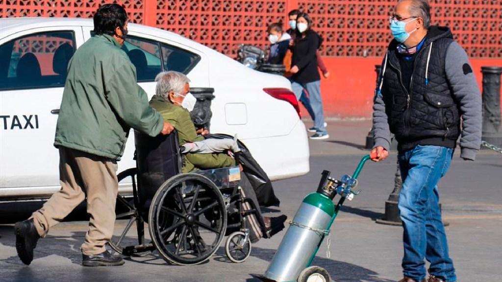 Saturan puntos de recarga de oxígeno gratis en la Ciudad de México - Decenas de personas se aglomeran en puntos de oxígeno gratis instalados por Gobierno de la Ciudad de México. Foto EFE