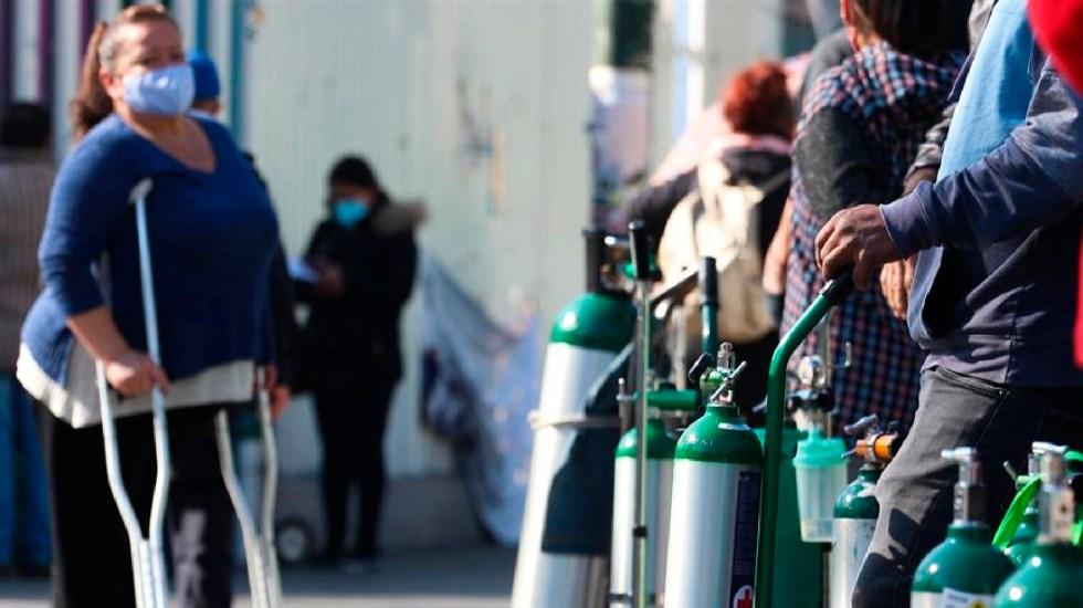 Incremento en el precio del oxígeno medicinal es inmoral, asevera López-Gatell - Decenas de personas se aglomeran en puntos de oxígeno gratis instalados por Gobierno de la Ciudad de México. Foto EFE