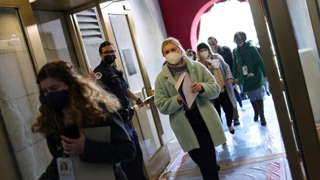 Cierran el Capitolio y sus inmediaciones por 'amenaza de seguridad externa' - Desalojo de personal del Capitolio. Foto de EFE