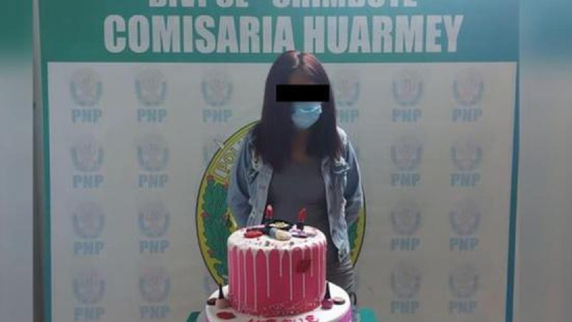 Detienen a joven peruana por festejar cumpleaños; la obligan a posar con su pastel