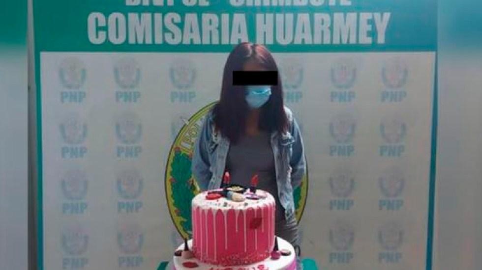 Detienen a joven peruana por festejar cumpleaños; la obligan a posar con su pastel - Detienen a joven en Perú por festejar su cumpleaños en toque de queda decretado por COVID-19. Foto PNP