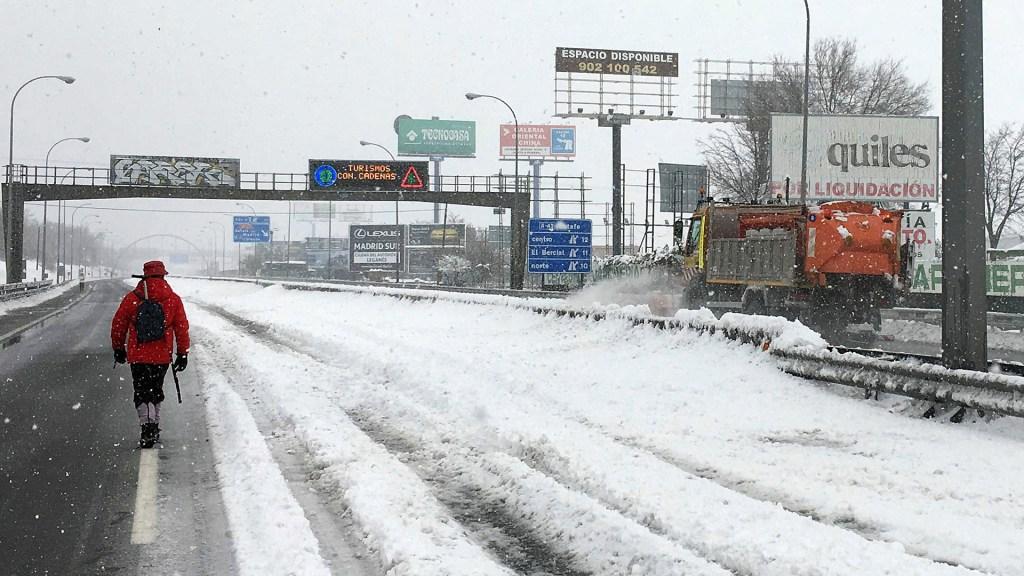 Reanuda Madrid tránsito ferroviario tras nevada de más de 30 horas - España durante tormenta de nieve. Foto de EFE