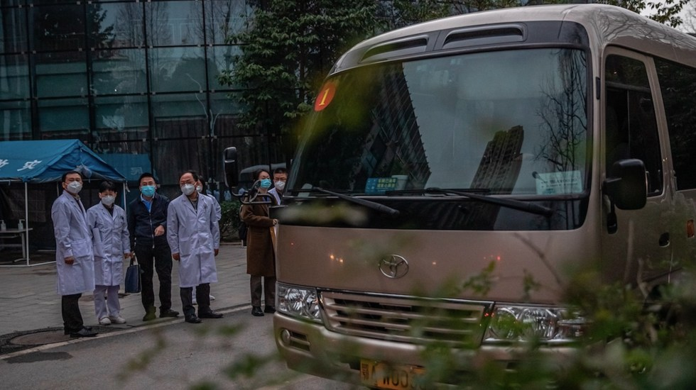 Expertos de la OMS continúan investigación sobre COVID-19 en China; visitan otro hospital de Wuhan que trató primeros casos - Foto de EFE