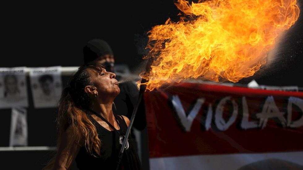 Colectivos feministas en México exigen justicia y celeridad en casos de violación y desaparición - Colectivos feministas y víctimas exigieron este lunes a las autoridades mexicanas con una protesta que hagan justicia en casos de violación y desaparición de mujeres en el país. Foto de EFE/Sáshenka Gutièrrez