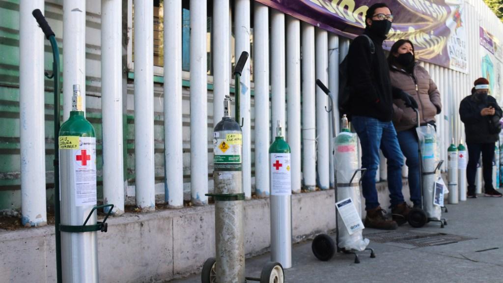 Escasez de oxígeno genera largas filas y aumento de precios en México - Fila para rellenar tanques de oxígeno en CDMX. Foto de EFE