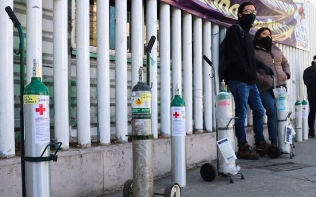 Rebasa Ciudad de México 400 mil contagios y los 40 mil casos activos de COVID-19 - Fila para rellenar tanques de oxígeno en CDMX. Foto de EFE