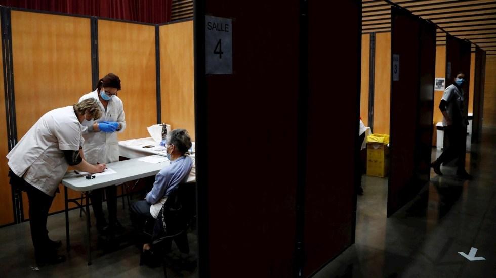 Francia registra 455 muertos por COVID-19 y supera los 3.2 millones de contagios - Centro de vacunación y aplicación de pruebas en Francia. Foto de EFE/EPA/Guillaume Horcajuelo