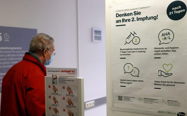 Variante británica multiplicaría por diez los casos de COVID-19 en Alemania - Hombre acude a vacunarse contra COVID-19 en Alemania. Foto de EFE