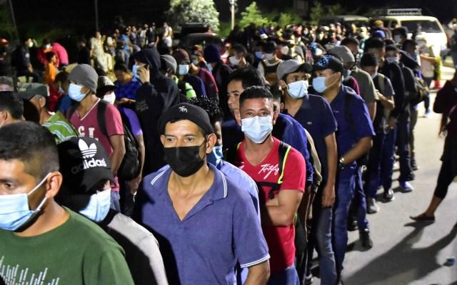 Parten migrantes hondureños en caravana hacia EE.UU. - Hombres participantes en caravana rumbo a EE.UU. Foto de EFE