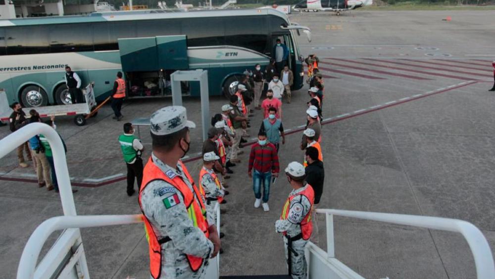 México deporta a 136 hondureños en medio del avance de caravanas migrantes - Foto de INM