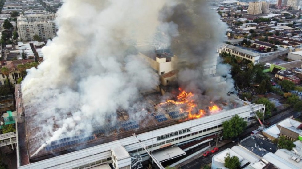 #Video Fuerte incendio en hospital de Chile obliga a evacuar a pacientes COVID-19 intubados - Foto de @BomberosdeChile