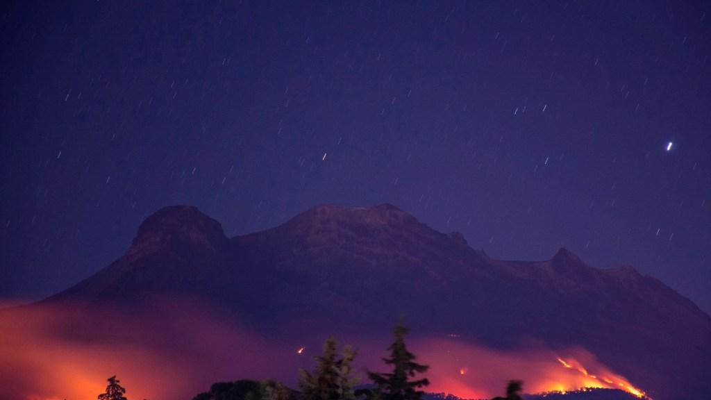 #Fotos Incendio afecta faldas del volcán Iztaccíhuatl, reporta gobierno de Amecameca - Incendio prosiblemente provocado afecta faldas del volcán Iztaccíhuatl, reporta gobierno de Amecameca. Foto Twitter @LaliuxM