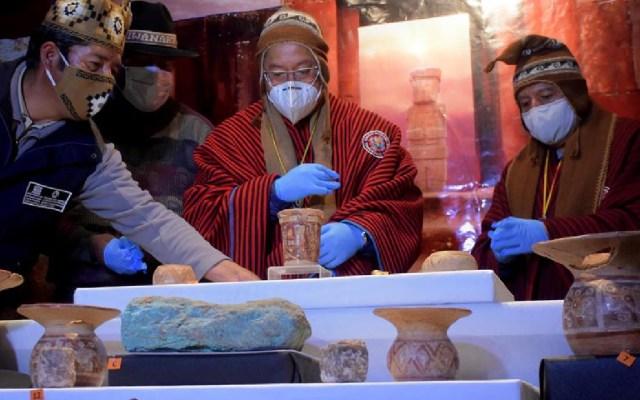 """Investigadores encuentran 45 piezas arqueológicas en Bolivia, lo llaman el """"hallazgo del siglo"""" - Investigadores hallan 45 piezas arqueológicas de una ofrenda en Tiahuanaco. Foto EFE"""