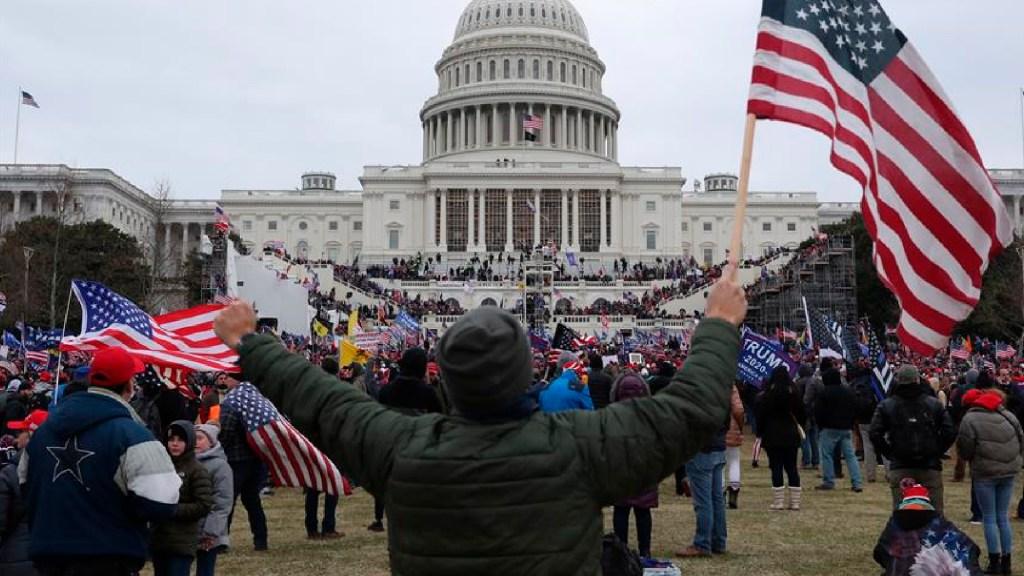 Congresista que se refugió durante toma del Capitolio da positivo por COVID-19 - Jefe de la policía del Capitolio renuncia tras asalto al Congreso. Foto EFE