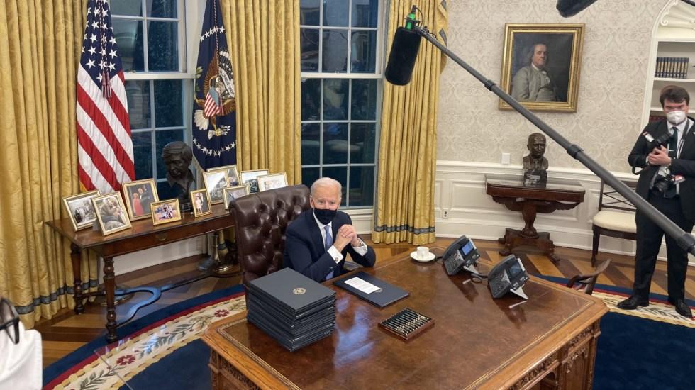 Biden firma primeras órdenes ejecutivas. Detiene el muro fronterizo, regresa al Acuerdo de París y a la OMS - Joe Biden Estados Unidos órdenes ejecutivas oficina oval