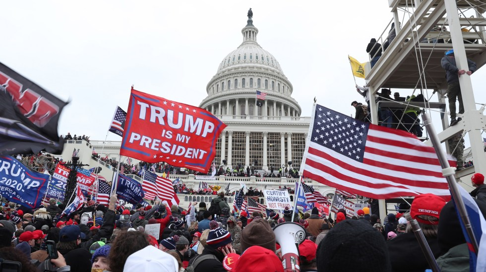 Caos en Washington por asalto al Capitolio de miles de seguidores de Trump - Manifestación a favor de Trump en el Capitolio. Foto de EFE