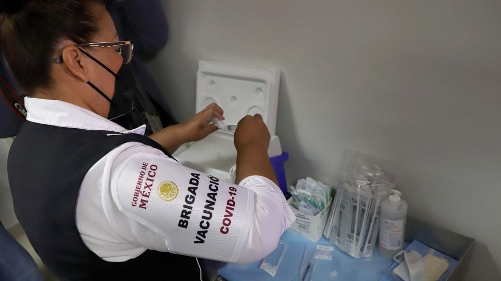 Integrantes de Brigadas Correcaminos están considerados en la política de vacunación contra el COVID-19 - Miembro de brigada de vacunación contra COVID-19 en México. Foto de EFE