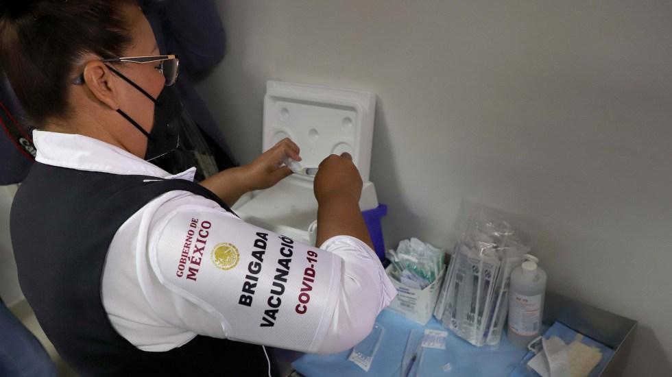 Piden gobernadores del PAN que Sistema Nacional coordine vacunación contra COVID-19 - Miembro de brigada de vacunación contra COVID-19 en México. Foto de EFE
