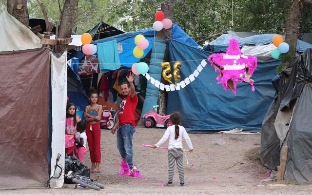 Migrantes varados en México ponen sus esperanzas de llegar a EE.UU. en Joe Biden - Tras meses soportando penurias en México, los migrantes varados en la ciudad de Matamoros a la espera de recibir asilo por Estados Unidos abrazan la esperanza de un cambio radical con la llegada de Joe Biden a la Casa Blanca. Foto de EFE