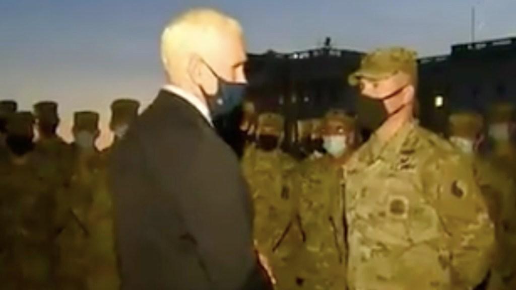 """#Video """"Ha sido un gran honor servir como su vicepresidente"""", Mike Pence visita a tropas en las inmediaciones del Capitolio - Captura de pantalla"""