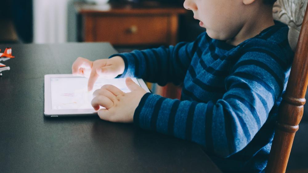 Alerta INAI sobre protección de datos personales en uso de juguetes y dispositivos conectados a Internet - Foto de Kelly Sikkema para Unsplash