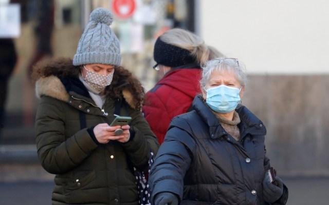 Infección de COVID-19 proporciona inmunidad durante al menos cinco meses - Transeúntes en Croacia durante pandemia de COVID-19. Foto de EFE