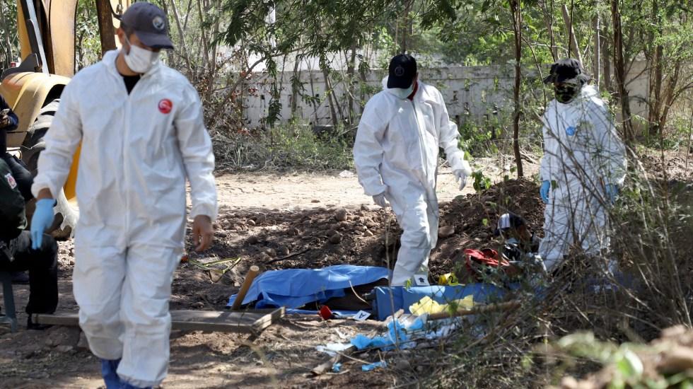 Suman 74 mil 95 homicidios dolosos en lo que va del sexenio de AMLO - Peritos en zona de hallazgo de fosas clandestinas en Sinaloa. Foto de EFE