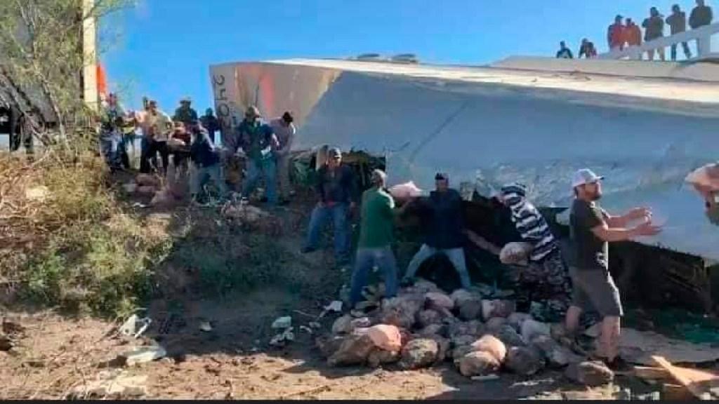 #FOTOS Pobladores de El Biyullo, Tamaulipas, evitan rapiña a tráiler cargado con piernas de cerdo - Pobladores de El Biyullo, Tamaulipas, evitan rapiña a tráiler cargado con piernas de cerdo. Foto Especial
