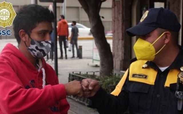 Policía devuelve 30 mil pesos en efectivo a persona que los olvidó en baño - Policía con joven que perdió 30 mil pesos. Foto de SSC-CDMX