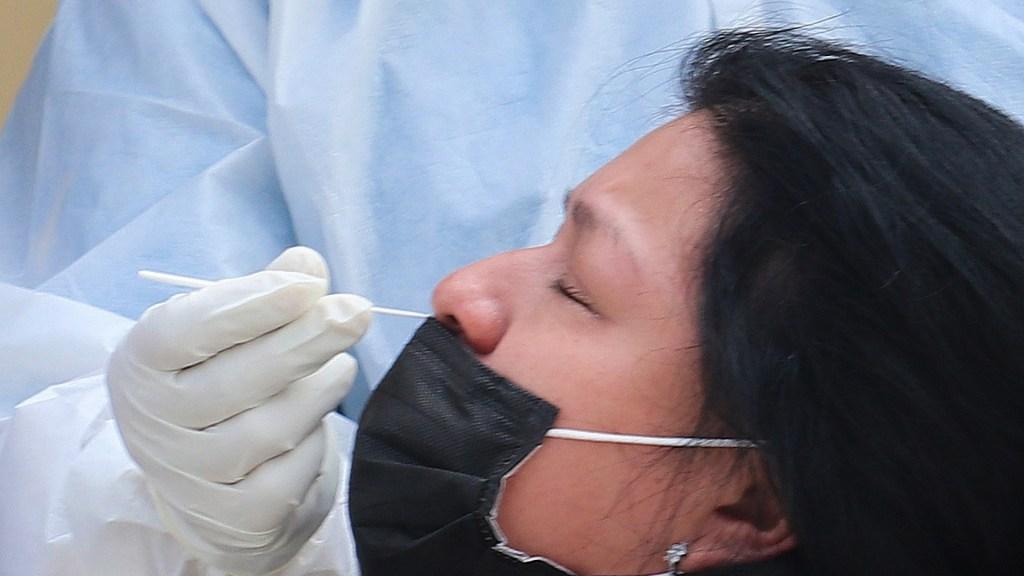 México roza las 170 mil muertes por COVID-19; registró el miércoles más de 11 mil contagios - Prueba de COVID-19 a mujer. Foto de EFE