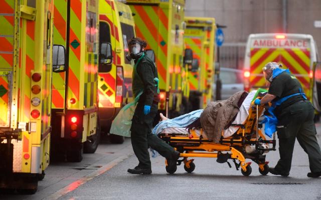 Reino Unido alcanza su récord de muertes diarias por COVID-19, con mil 610 - Foto de EFE