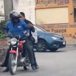 #Video Repartidor da aventón a policía para perseguir a delincuentes