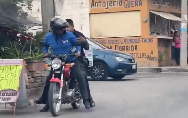 #Video Repartidor da aventón a policía para perseguir a delincuentes - Repartidor de farmacia auxilia a policía en Jiutepec, Morelos. Captura de pantalla