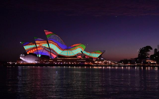 Se ilumina la Ópera de Sídney por Día de Australia - Las velas de la Ópera de Sídney se iluminan con una obra de arte titulada 'Angwirri', de la artista indígena de Nueva Gales del Sur, Frances Belle-Parker, durante una ceremonia del Día de Australia, en Sídney, Australia. Foto de EFE