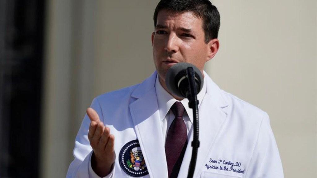 Despide Biden a polémico médico de la Casa Blanca - Médico Sean Conley. Foto de EFE