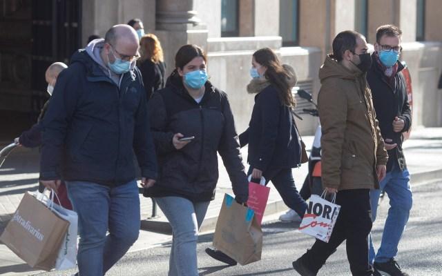 Casos globales de COVID-19 suben a 84 millones sin gran repunte postnavideño - Transeúntes en Barcelona, España, durante pandemia de COVID-19. Foto de EFE