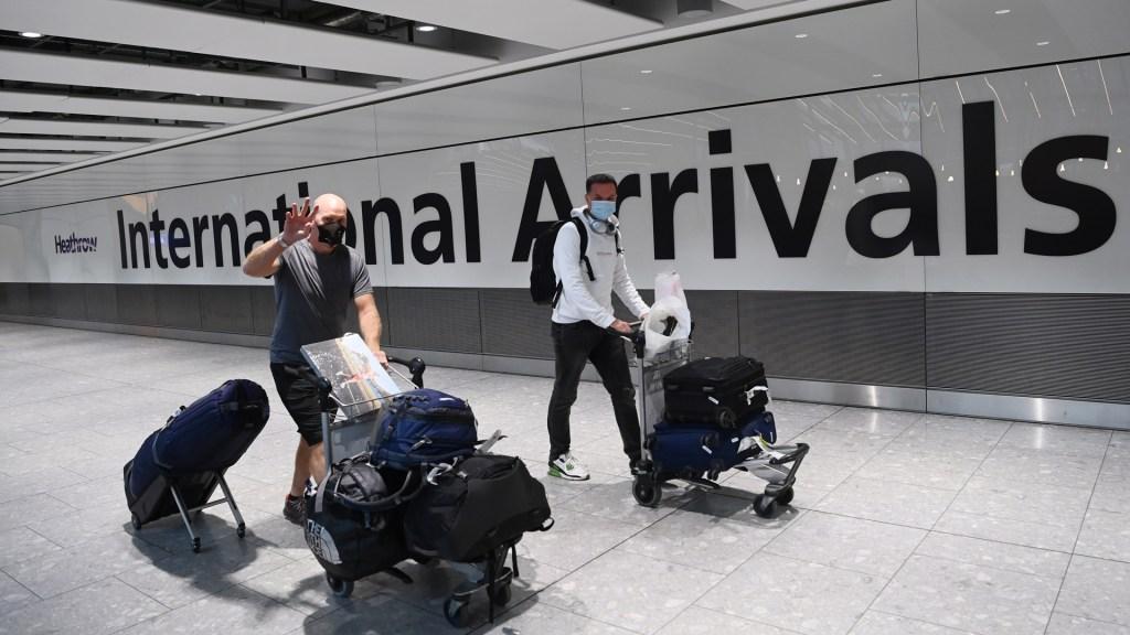 Inglaterra eliminará la cuarentena para viajeros vacunados de la UE y EE.UU. - Turistas en zona de llegadas del Aeropuerto de Heathrow, Londres, Reino Unido. Foto de EFE