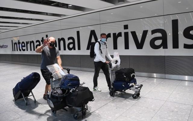 Reino Unido impone barreras ante riesgo de que nuevas cepas afecten vacunas contra COVID-19 - Turistas en zona de llegadas del Aeropuerto de Heathrow, Londres, Reino Unido. Foto de EFE