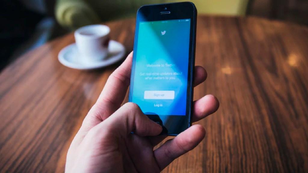 Twitter cambia política de verificación de cuentas; quienes no cumplan requisitos, perderán insignia - Twitter cambia política de verificación de cuentas. Foto unsplash/@freestocks