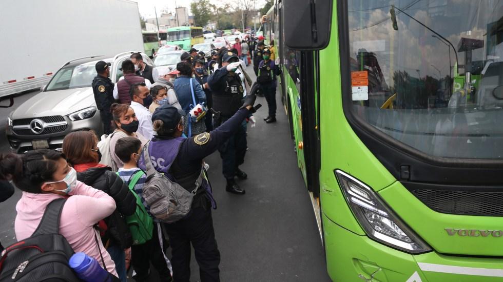 Suspensión de seis líneas del Metro desata caos y aglomeraciones en paraderos capitalinos - Usuarios del Metro en espera de abordar unidades RTP. Foto de EFE