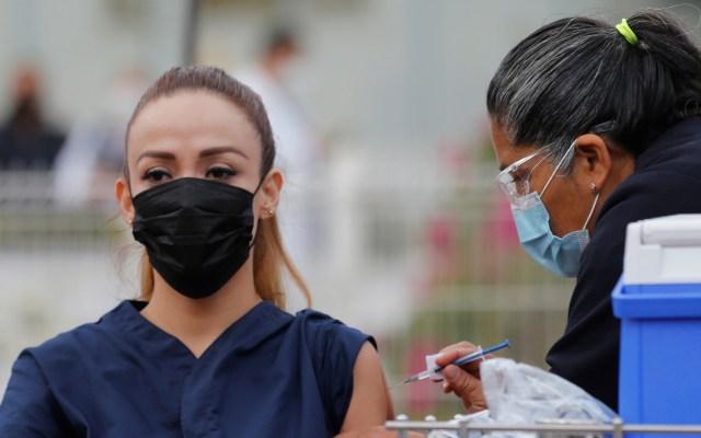 Ronda México los 500 mil vacunados por COVID-19; prevén cambios al plan de vacunación ante retraso de dosis - Vacunación contra COVID-19 a personal médico mexicano. Foto de EFE