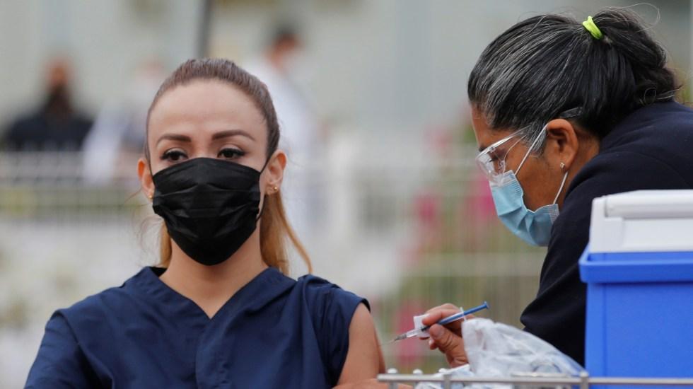 Al ritmo de vacunación actual, México tardará 178 años en inmunizar a 70 % de población, afirma CovidVax - Vacunación contra COVID-19 a personal médico mexicano. Foto de EFE