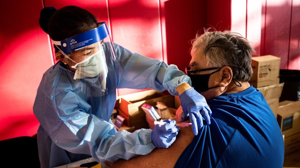 Biden aumenta meta de vacunación en EE.UU.: 200 millones de inmunizados en los primeros 100 días de gobierno - Vacunación contra COVID-19 en California, EE.UU. Foto de EFE