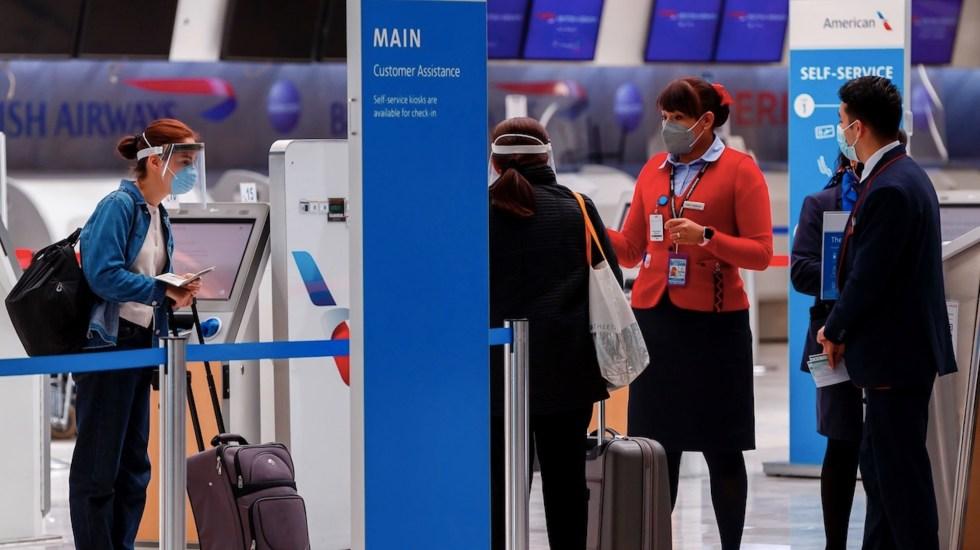 Viajeros mexicanos se enfrentan a las nuevas medidas sanitarias en vuelos internacionales - Foto de EFE