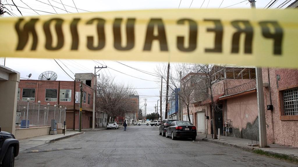 Suman 80 mil 759 homicidios dolosos en lo que va del sexenio - Acordonamiento de calle en Cd. Juárez por asesinato de hombre. Foto de EFE